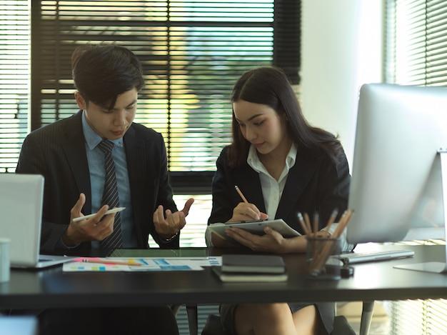 Retratos de equipo empresarial trabajando juntos en estrategia empresarial en la sala de oficina