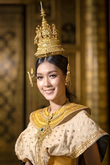 Retratos de hermosas mujeres tailandesas vestidas con trajes nacionales tradicionales tailandeses, sonriendo maravillosamente.
