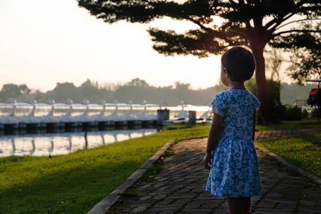 Retratos de niña feliz jugando al aire libre en verano park.clipping path