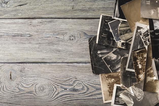 Retro algunas fotos antiguas en mesa de madera