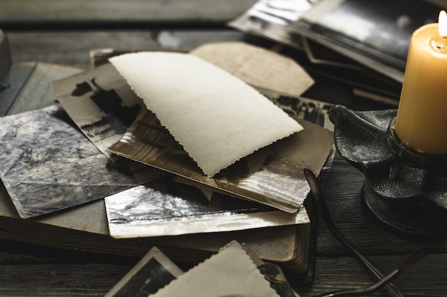 Retro algunas fotos antiguas en mesa de madera.