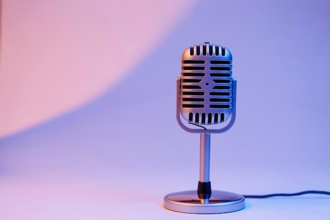 Retro micrófono aislado en el fondo de color