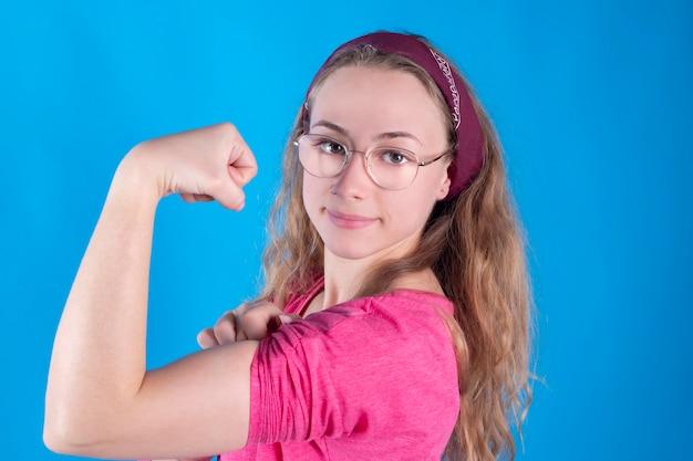 Retro vintage mujer, trabajadora de brazo duro de flexión, feminista