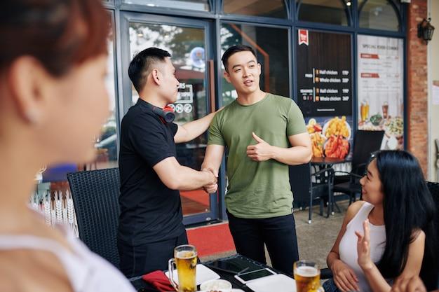 Reunión de amigos en el café