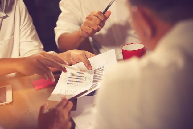 Reunión de asesores de negocios para analizar y discutir la situación.