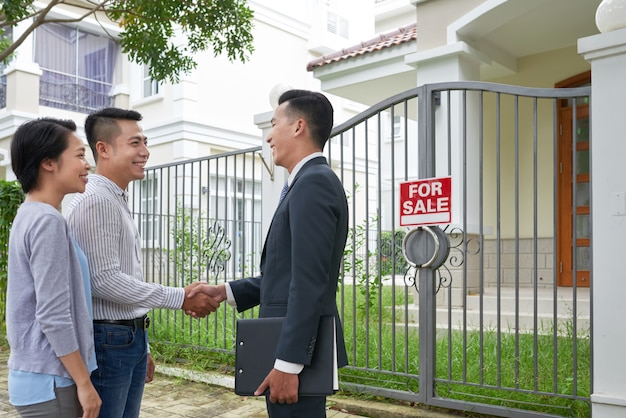 Reunión del cliente con el agente inmobiliario