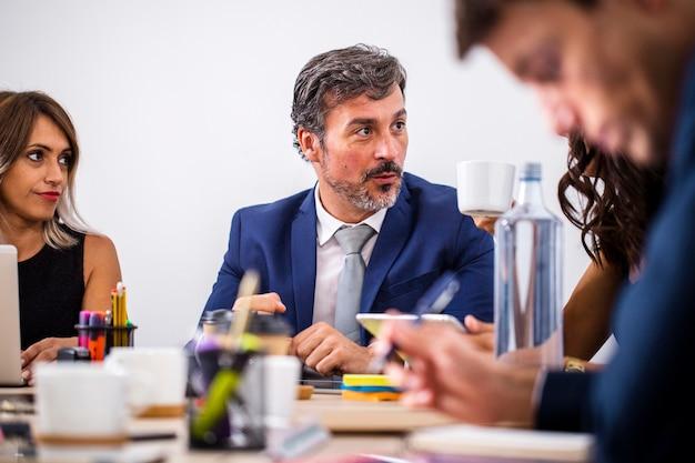 Reunión de compañeros de trabajo de ángulo bajo para discusiones