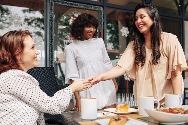 Reunión de compañeros de trabajo en café