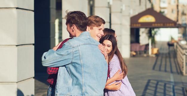 Reunión con el concepto de viejo amigo. jóvenes alegres que parecen felices mientras tienen un paseo de verano al aire libre