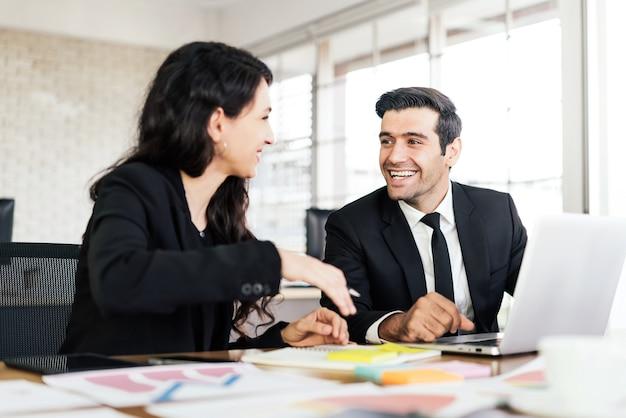 Reunión de consultoría de asociación empresarial caucásica con una sonrisa.