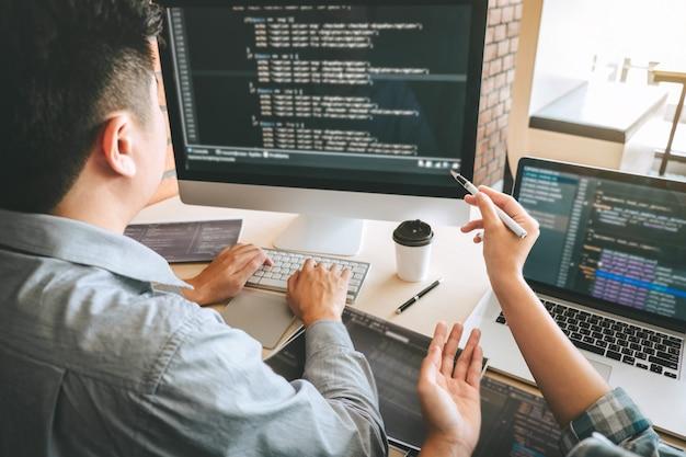 Reunión de cooperación del equipo de programadores de desarrolladores profesionales y lluvia de ideas y programación en el sitio web trabajando con un software y tecnología de codificación, escribiendo códigos y una base de datos