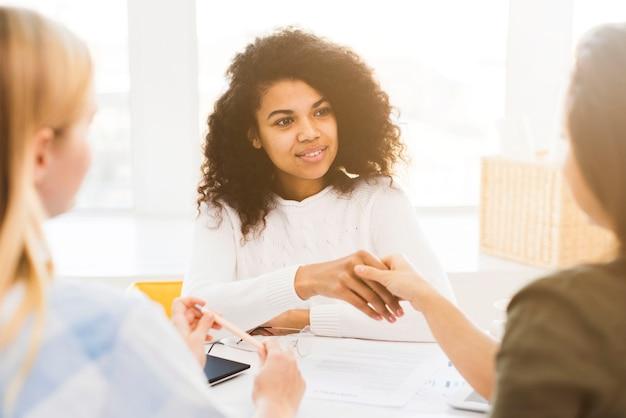 Reunión corporativa con mujeres.