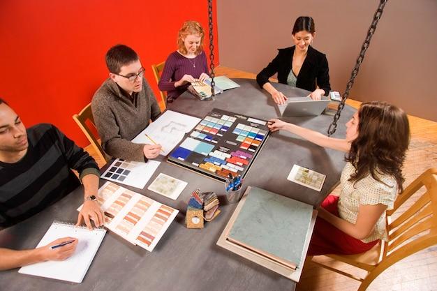 Reunión creativa en la sala de juntas