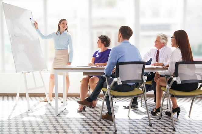 Reunión de la oficina madura que muestra la presentadora