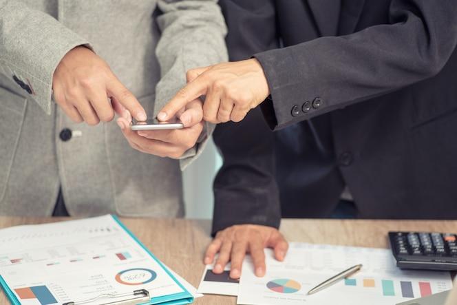 Reunión de negocios con un teléfono inteligente trabaja en un nuevo proyecto de inicio