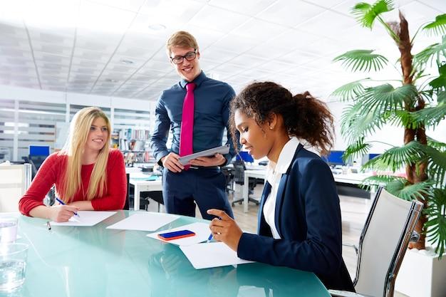 Reunión ejecutiva del equipo de la gente de negocios en la oficina