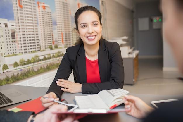 Reunión de empresaria de raza mixta con el cliente