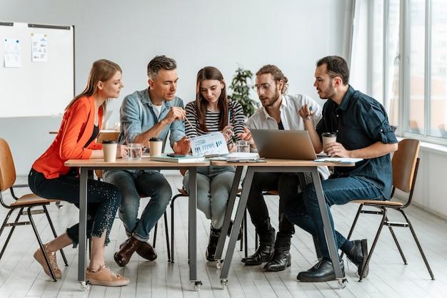 Reunión de empresarios en la oficina de trabajo