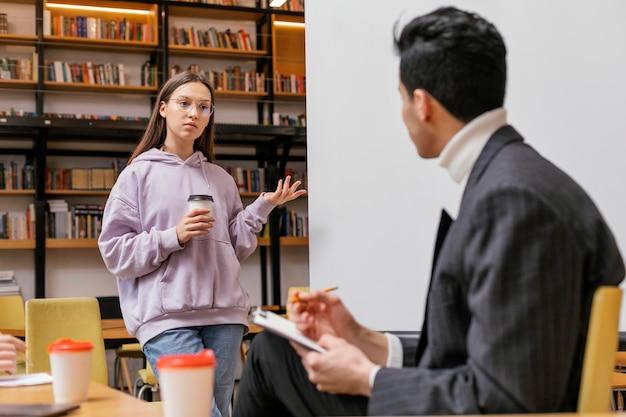 Reunión de empresarios en la oficina