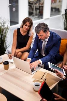 Reunión del equipo de alto ángulo en la maqueta de la oficina