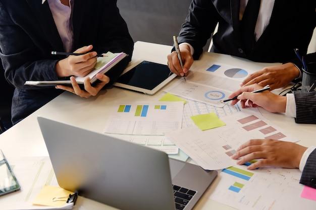 Reunión del equipo de auditoría en la oficina de la tabla con financiera foto de toma de cerca.