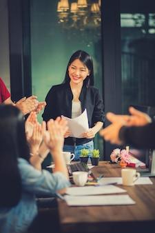 Reunión de equipo independiente asiático con felicidad en la moderna oficina en casa