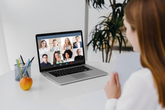 Reunión de equipo llamada de conferencia en línea en la computadora portátil
