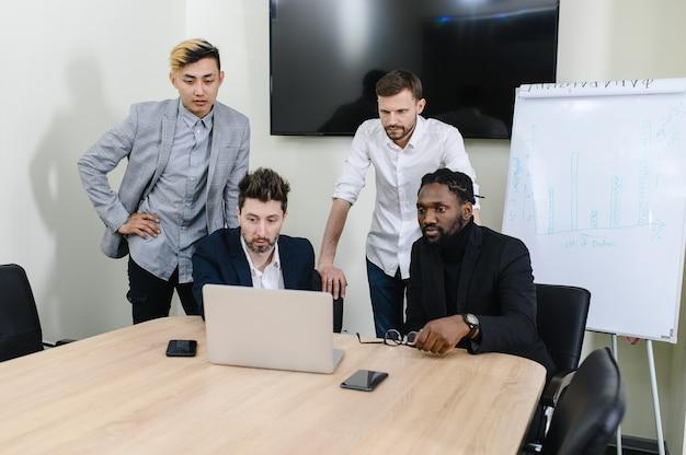 Reunión en un equipo multirracial de la oficina moderna discutiendo un nuevo proyecto de material de archivo k de alta calidad