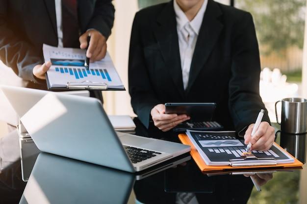 Reunión del equipo de negocios actual inversor profesional trabajando