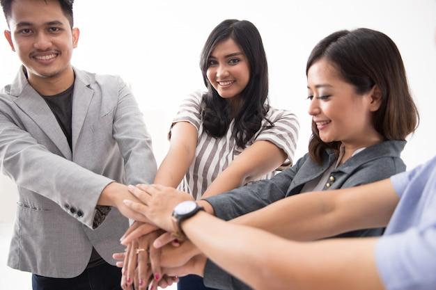 Reunión de equipo de negocios asiáticos y manos juntas