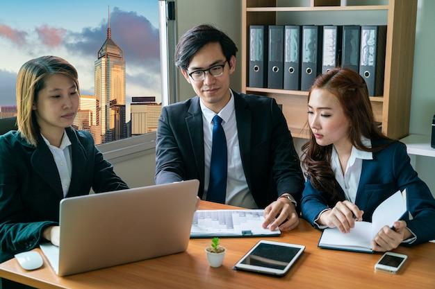 Reunión del equipo de negocios de inicio asiático y discusión sobre su objetivo comercial