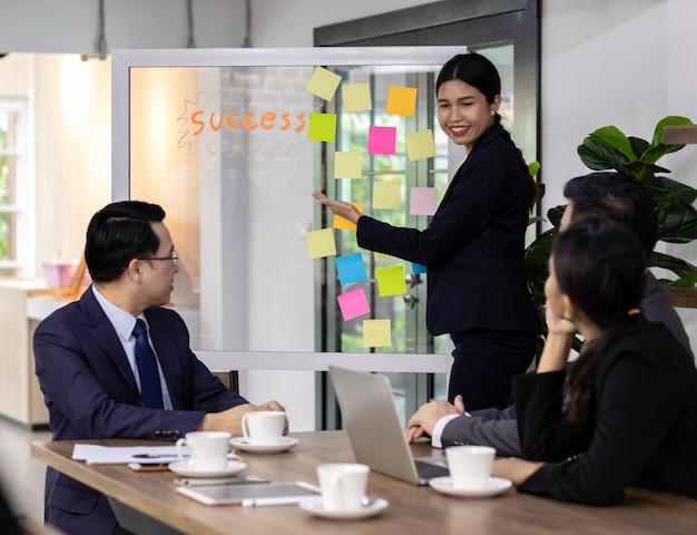 Reunión de equipo de negocios