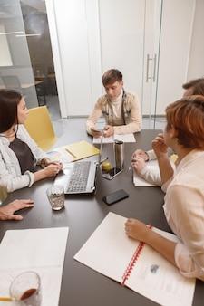 Reunión de equipo en la oficina