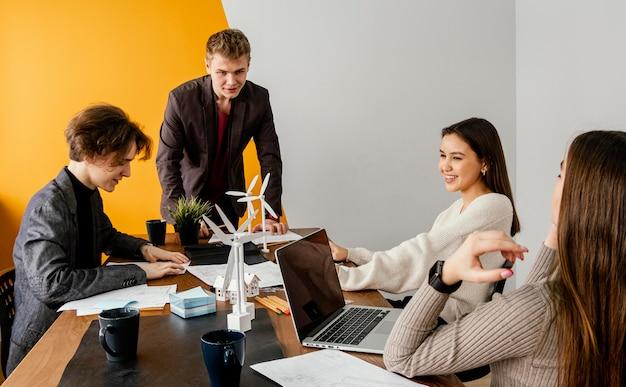 Reunión de equipo para proyecto de energía renovable