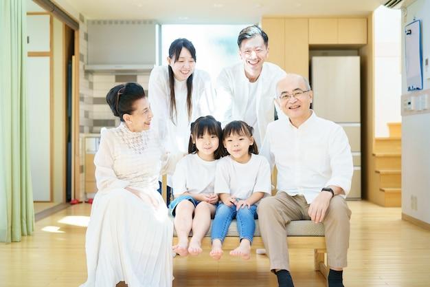 Reunión familiar de 3 generaciones en la sala de estar.