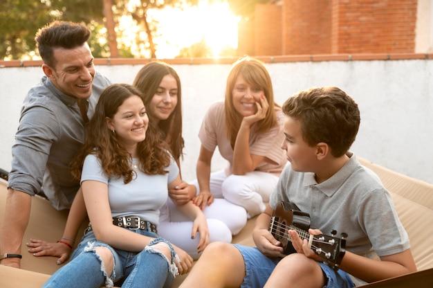Reunión familiar y tocar el ukelele juntos