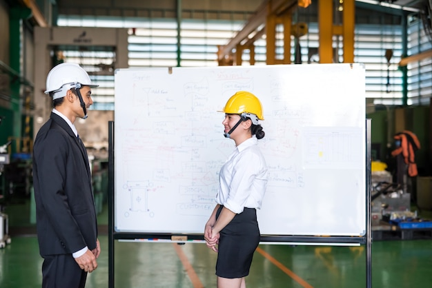 Reunión de gerente de fábrica y trabajador