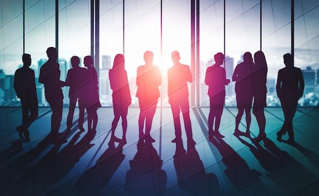 Reunión de grupo de conferencia de muchos empresarios