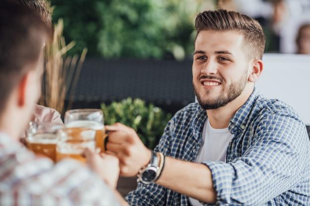 Reunión de hombre en café con cerveza