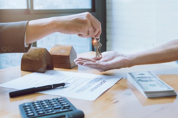 Reunión de hombre de negocios para el contrato de contrato. concepto del encargado del banco.