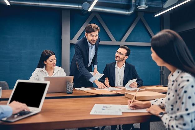 Reunión informal relajada de la empresa de puesta en marcha de negocios de ti