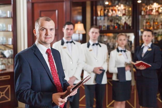 Reunión informativa del personal en hotel y restaurante.