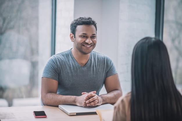 Reunión. un joven empresario conoce a una clienta