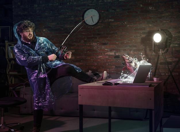 Reunión en línea, chat, videollamada. hombre joven hablando con un amigo en línea a través de la computadora portátil en casa. realidad virtual. concepto de entretenimiento remoto seguro, reuniones durante la cuarentena. copia espacio