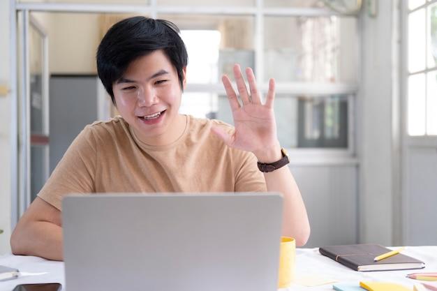 Reunión en línea y trabajo en casa.