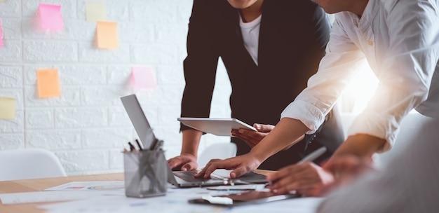 Reunión de lluvia de ideas de trabajo en equipo y nuevo proyecto de inicio en el lugar de trabajo