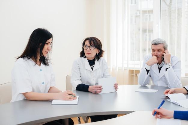 Reunión de médicos en la clínica sobre la epidemia del virus. virus y epidemia, cuarentena.