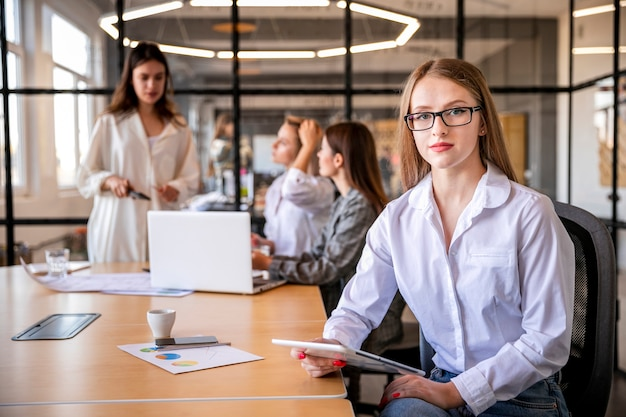 Reunión mensual de alto ángulo en la oficina