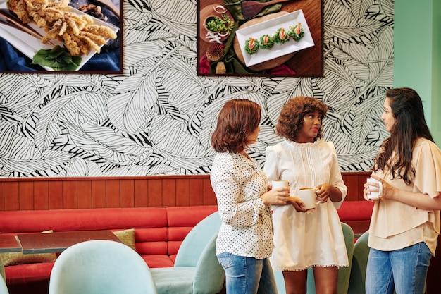 Reunión de mujeres jóvenes en cafetería