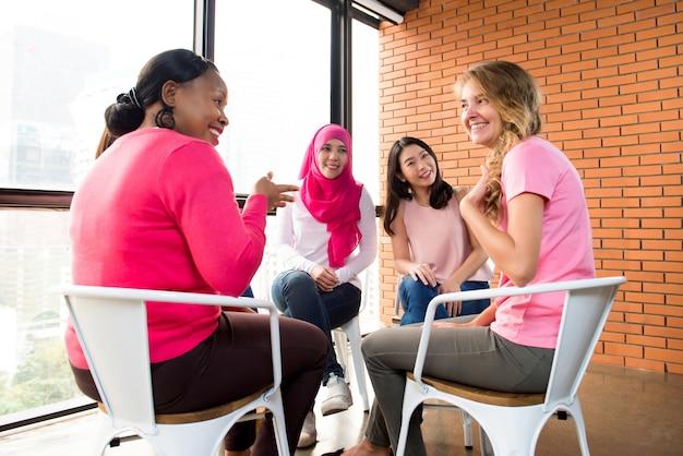 Reunión de mujeres multietínicas para la campaña de sensibilización sobre el cáncer de mama.